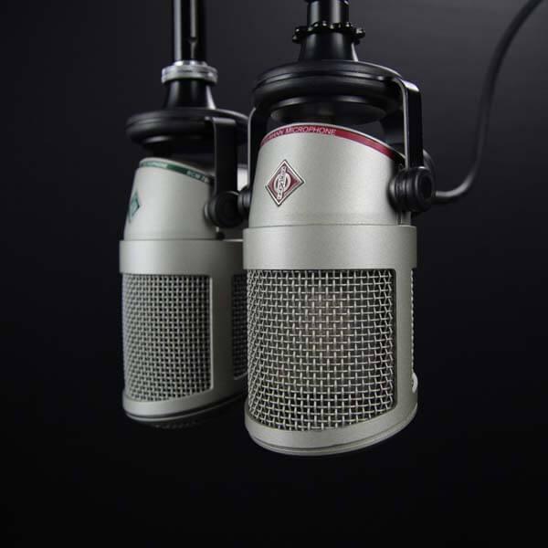 Gros plan sur des microphones radio